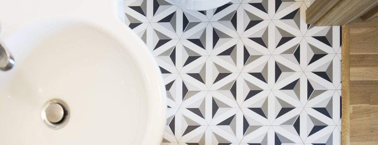 Heksagonalna posadzka w łazience